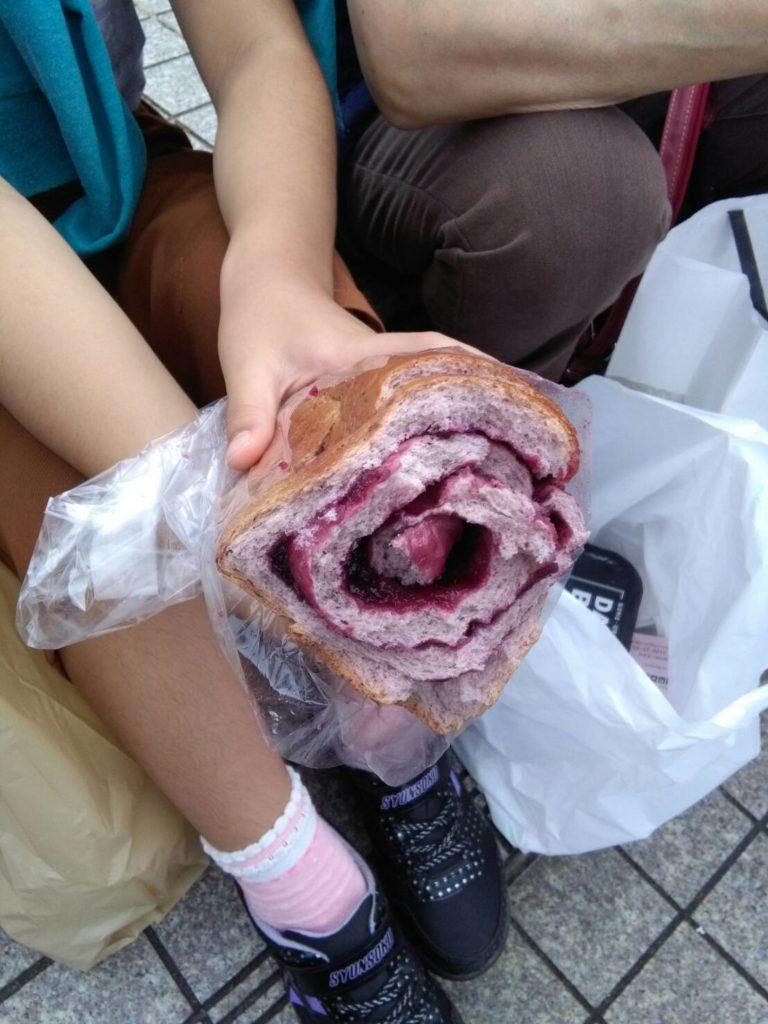 ブルーベリーパンを食べたよ
