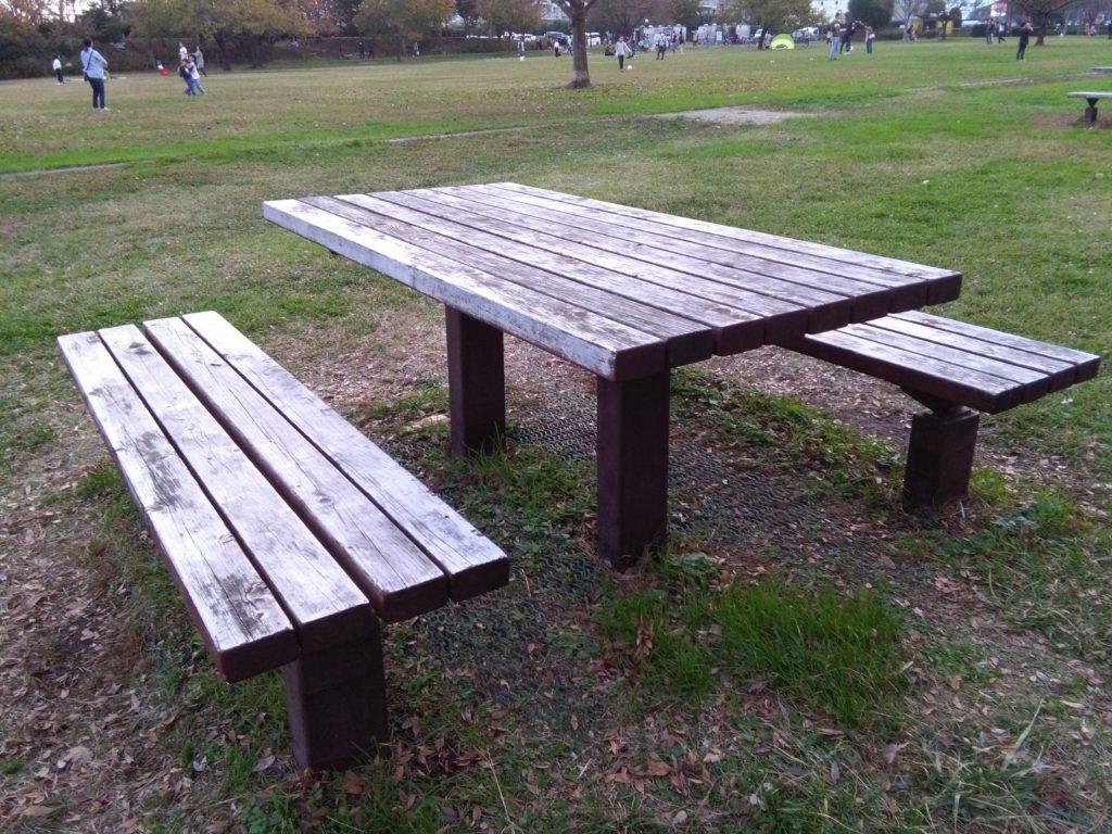 木のテーブルセット